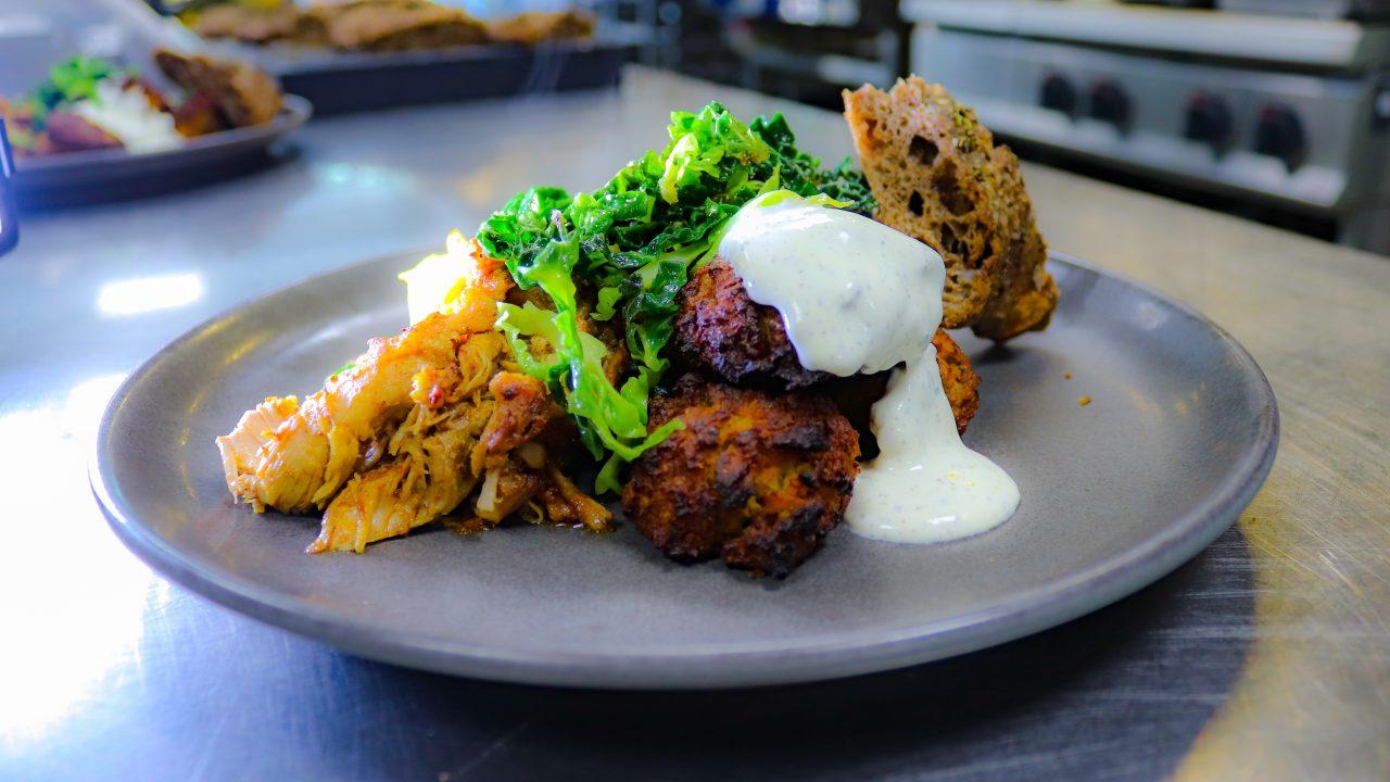 Frokosttallerken fra Glad Mad med kødboller, stegt grønkål og hjemmebagt brød